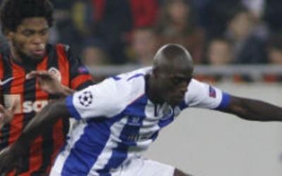 Jackson Martinez, derecha del Porto domina el balón ante la marca de Luiz Adriano del  Shakhtar Donetsk en Lviv.