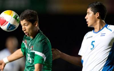 Carlos Guzmán de México disputa el balón con el defensa Lesvin Fernando Medina de Honduras el 18 de Noviembre del 2014 en Veracruz, México