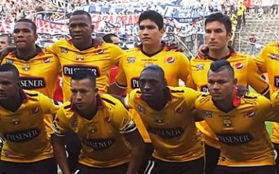 Emelec goleó 3-0 a Barcelona en Guayaquil donde milita el hondureño Mario Martínez   en el partido de vuelta de la final del torneo de fútbol profesional ecuatoriano de 2014, y revalidó el título logrado el año pasado.