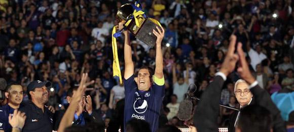 Júnior Izaguirre capitán del Motagua levanta la copa del Apertura 2013 el 20 de Diciembre, 2014