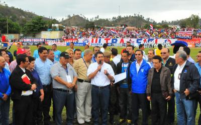 JOH y sus secuases de la Fenafuth en Danli previo un partido de la Copa Presidente 2015
