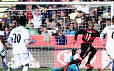 Julian Brandt  de Alemania ante tres hondureños anota en el triunfo 5-1 en el Mundial de Nueva Zelanda por el Grupo F en el  Christchurch Stadium el 7 de Junio, 2015 foto: