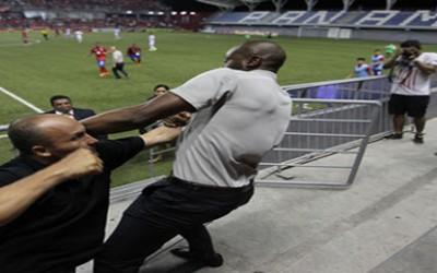 Molesto con el arbitraje, el técnico de la selección mayor de Costa Rica Paulo Wanchope se trenzó a golpes con un individuo y discutió acaloradamente con aficionados antes de salir de la cancha escoltado por la policía