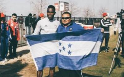 El hondureño Maynor Figueroa con un aficionado Catracho en su primer entrenamiento con FC Dallas. (Foto cortesía FC Dallas)