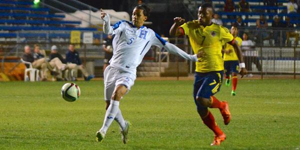 Allan Vargas intenta llegarle al balón ante la presión de Miguel Borja