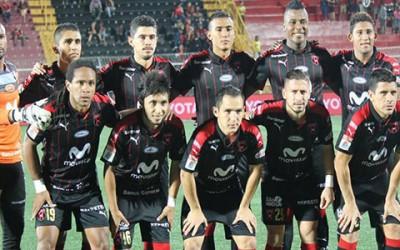 Alajuelense posando en un partido en Costa Rica con Jorge Claros de píe a la izquierda.
