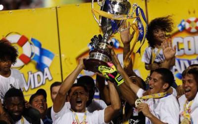 Jugadores del Olimpia festejan después de derrotar 3-1 en el partido de vuelta de la final del Clausura a la Real Sociedad el 22 de Mayo, 2016.