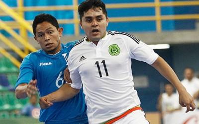 Antonio Moncada #6 de Honduras pelea un balón contra Michelle Castro de México el 8 de Mayo, 2016 en el Campeonato Futsal de la Concacaf en San José, Costa Rica. (Foto cortesía Concacaf)