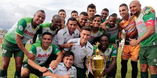 Jugadores del Juticalpa FC celebran con la copa Festima ganada al Olimpia el domingo 17 de Julio, 2016 en Danlí. (Foto cortesía Juticalpa FC)