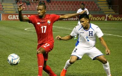 Denil Omar Maldonado de Honduras disputa el balón contra Chammel Asprilla Rincón de Panamá el 14 de Julio, 2016 durante las eliminatorias Subn-20 de la UNCAF (foto corteía de Concacaf)