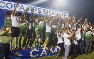 Los integrantes del Juticalpa FC celebran la obtención de la segunda edición de la Copa Presidente el 23 de Julio, 2016 en Comayagua