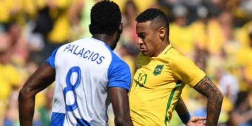 Jhonny Palacios #8 pierde el balón ante Neymar en las semifinales del Torneo Olímpico el 17 de Agosto, 2016.