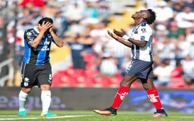 Alberth Elis se lamenta después de Tiago Volpi le hizo una salvada espectacular para evitar lo que hubiera sido su primer gol con Monterrey