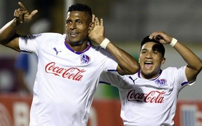 Michael Chirinos, dos asistencias y Carlo Costly anotador de un gol ante Honduras Progreso tienen motivos de sobra para celebrar