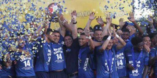 Los jugadores de Motagua levantan la Copa numero 14 después de empatar 1-1 contra Platense el 18 de diciembre, 2016