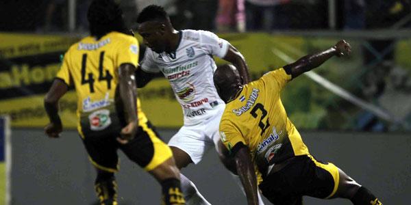 Edgar Alvarez busca superar la marca de Osmán Chávez y Wilfredo Barahona en el juego de ida de las semifinales del Torneo Apertura, el 1 de diciembre 2016. Foto La Prensa