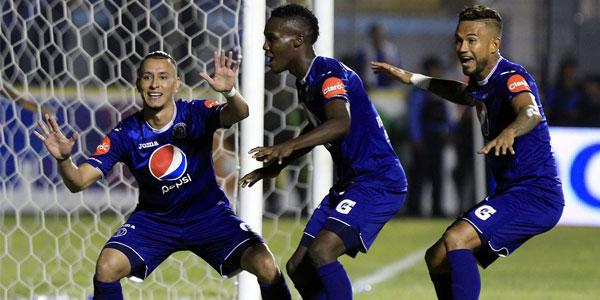 Erick Andino (izquierda) ingresó de cambio y anotó el gol del triunfo del Motagua celebra con Rubilio Castillo y Carlos Discua (Foto La Prensa)