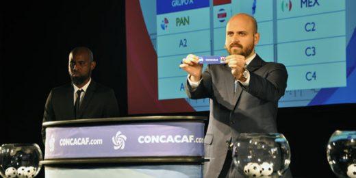 El Maestro de ceremomnia muestra el nombre de Honduras en el sorteo llevado a cabo en Panama el 13 de diciembre, 2017. Foto cortesía Concacaf