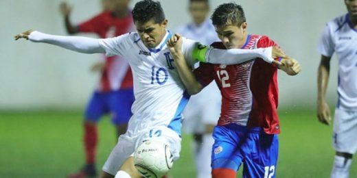 El hondureño Luis Enrique Palma (#10) y Felipe Flores de Costa Rica luchan por el balón durante un partido por las eliminatorias Sub-17 de la UNCAF el 26 de noviembre de 2016, en Pavas, San José, Costa Rica. (Foto: Concacaf)
