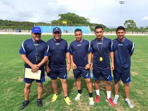 Gustavo Gallegos a la izquierda de Carlos Caballero, junto a Luis Lagos, Juan Carlos Rodríguez y Byron Rodríguez como el primer cuerpo técnico de Social Sol (Foto Diario Más)