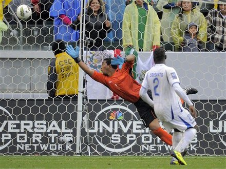 Jose Alberto  Mendoza no puede llegar al balón rematado por Allan Pulido Wilmer Crisanto observa la trayectoria.