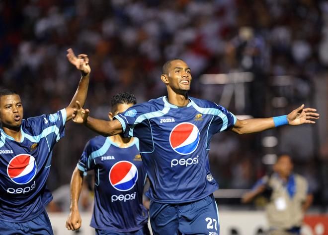Aly Arriola, Bengtson y Claros festejan el tercer gol